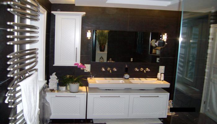 Badezimmer nach Feinmontage/ Fertigstellung. Doppelwaschtisch Anwendung mit Spiegel, Seiten- und Unterschrank.