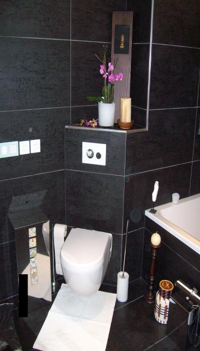 Badezimmer nach Feinmontage/ Fertigstellung. Wandhänge WC mit TECE Loop Drückerplatte.