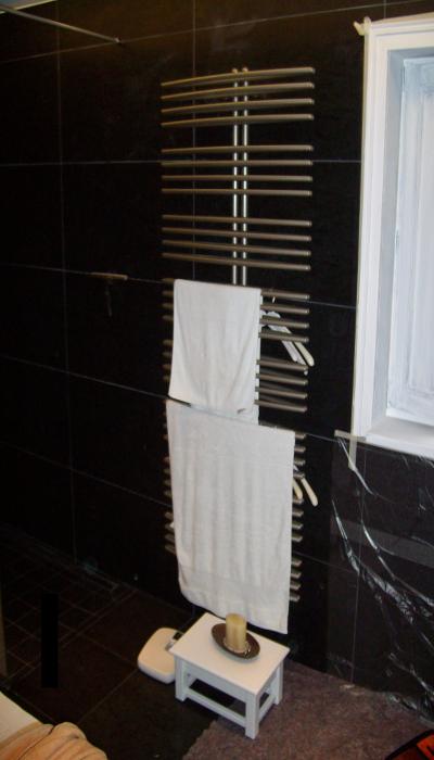 Badezimmer nach Feinmontage/ Fertigstellung. Handtuch-Bad-Heizkörper in Silber eloxiert.