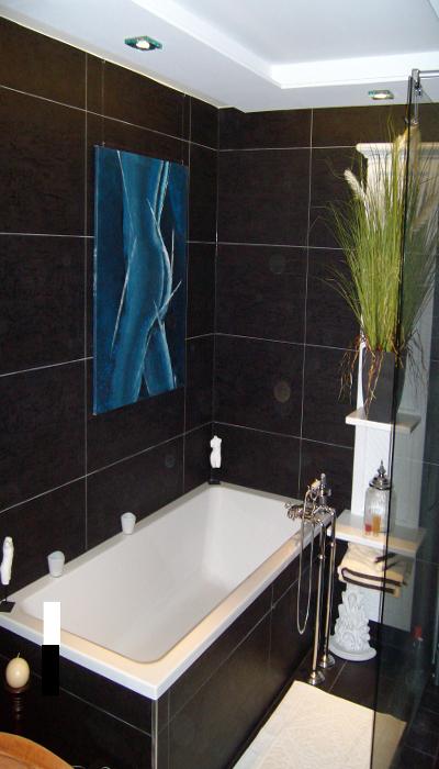 Badezimmer nach Feinmontage/ Fertigstellung. Badewanne mit Freistehender Wannenfüllarmatur und Handbrause.