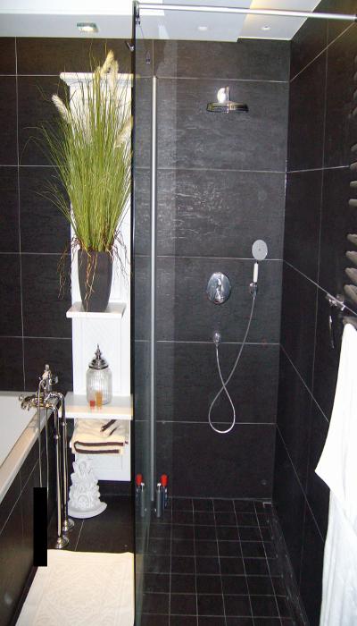 Badezimmer nach Feinmontage/ Fertigstellung. Duschplatz Bodenbündig mit Ablaufrinne und Festehender Seitenscheibe. Unterputz Thermostatbatterie mit Umstellung, Handbrause und Kopfbrause.